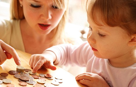A3R41P Mother and daughter counting money